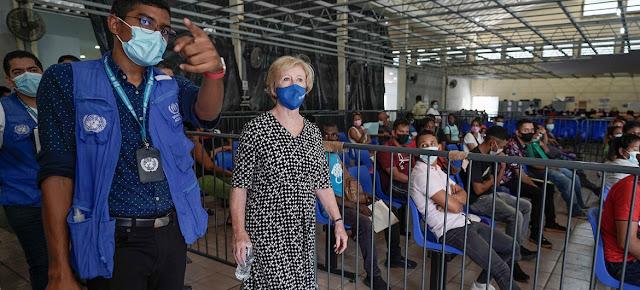 La alta comisionada adjunta en materia de Protección de ACNUR, Gillian Triggs, recorre un Centro de Atención a Refugiados durante una visita a la ciudad de Tapachula, en el sur de México.ACNUR/Tito Herrera