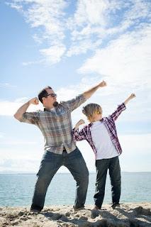 Papà e hijo posando