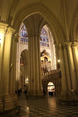 Arcos ojivales en las naves de la catedral de Toledo