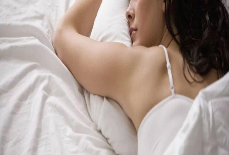 बैडरूम में सो रही थी महिला, अचानक छूने लगा कोई शरीर के अंग, आंखें खोली तो रह गई दंग