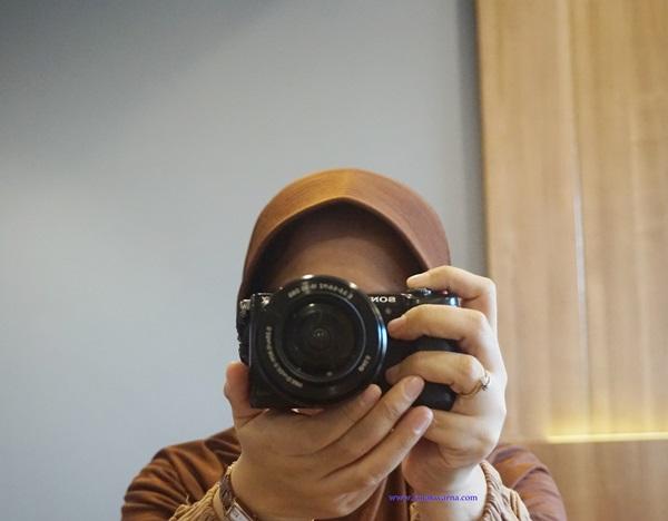 mengelola jasa foto produk, fastwork, foto produk, jasa foto produk, woman with camera