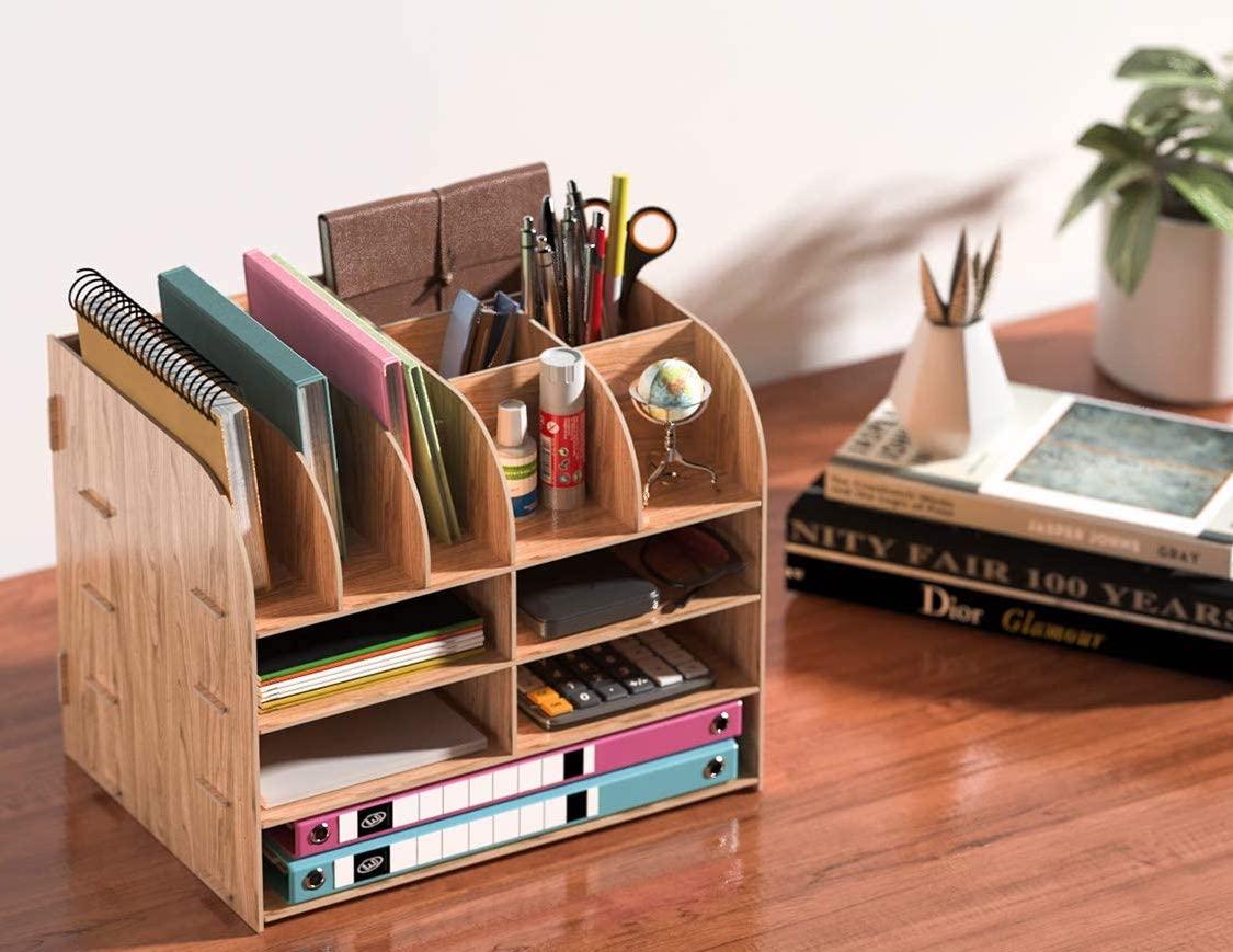 Organizador de escritorio de madera con estantes y huecos