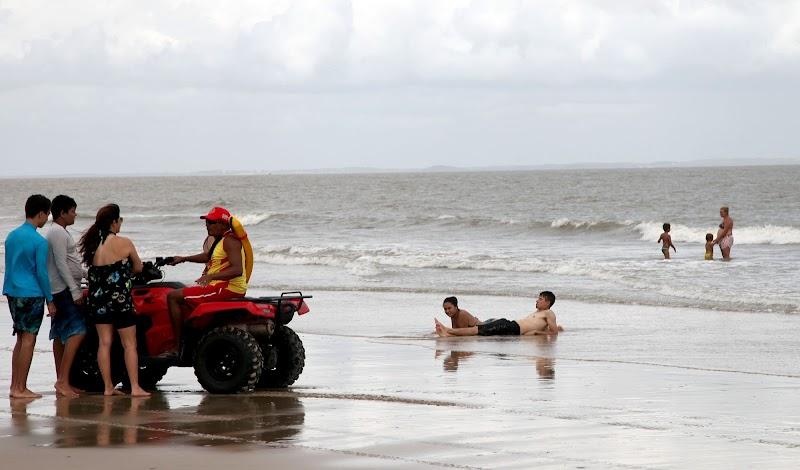 Corpo é achado por bombeiros na praia de São Marcos em São Luís