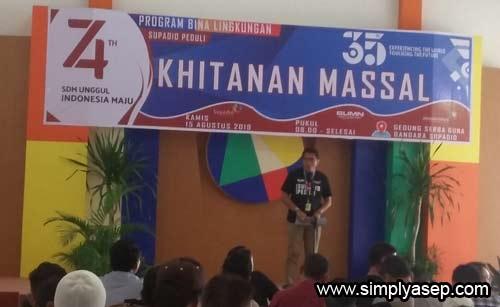 KHITANAN MASSAL : Salah seorang pejabat dilingkungan Angkasa Pura II Bandara Supadio saat menyampaikan kata sambutannya dalam acara Khitnan Massal ANgkasa Pura II Supadio Kamis (15/8) yang lalu.,  Foto Asep Haryono