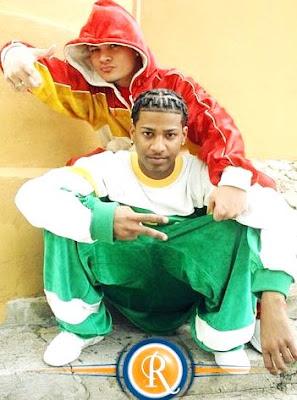 Foto de Jowell y Randy con ropa colorida