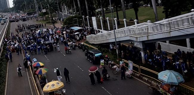 Depan Gedung DPR Dipenuhi Pendemo, Transjakarta Alihkan Sejumlah Rute