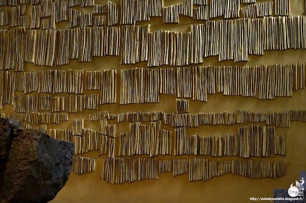 Clichy - Eglise Saint-Vincent de Paul - Choeur de l'église Mobilier liturgique (autel, ambon, tabernacle, siège): Pierre Székely (avec la collaboration des carrieres Amand Bertrand), Granit de Bretagne taillé à la flamme. Relief en toile et lustre en métal découpé: Véra Székely Création: 1966