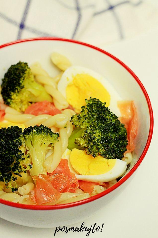 Sałatka makaronowa z brokułem i jajkiem