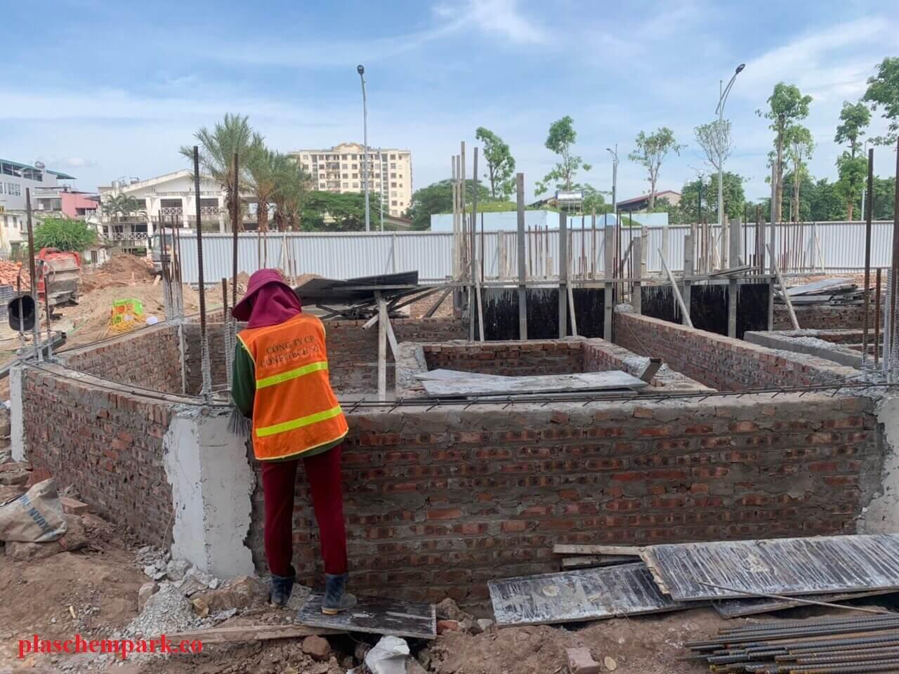 Một công nhân đang làm việc tại dự án Plaschem.