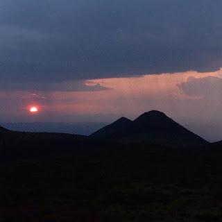 Tormenta durante la puesta de sol   en Wirikuta, la tierra sagrada   de los indígenas wirrárika.