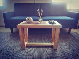 Mesa de madera con espacio para plantas