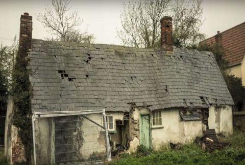 Περιεργαζόταν αυτό το εγκαταλειμμένο σπίτι, μέχρι που είδε ΑΥΤΟ! Και τότε πραγματικά τρόμαξε! (PHOTOS)