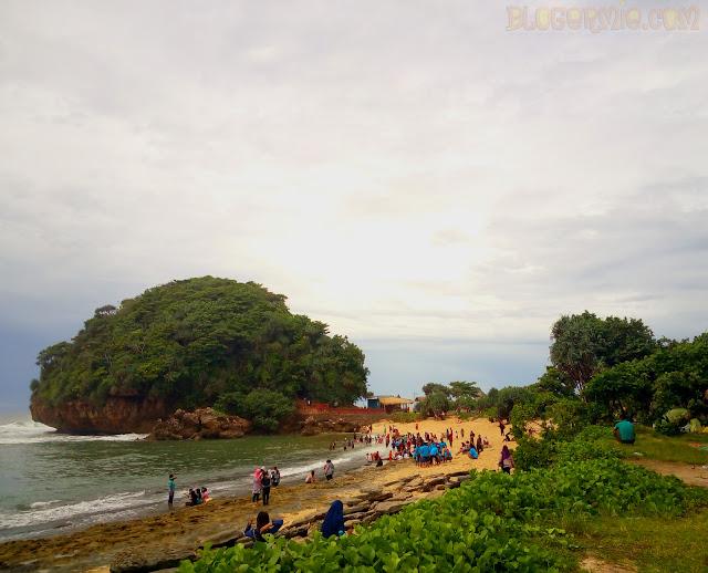 wisata goa cina malang | Pantai curam berhias bebatuan