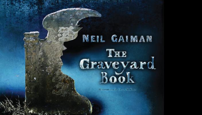 """Imagem: um fundo azul com uma meia-lápide e o título em branco e inglês, numa fonte gótica: """"The Graveyard Book""""."""