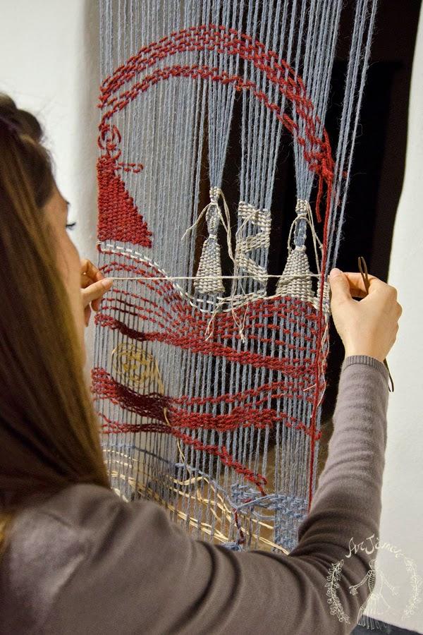 tessuto con telaio verticale e ordito in lana al laboratorio ArJànas