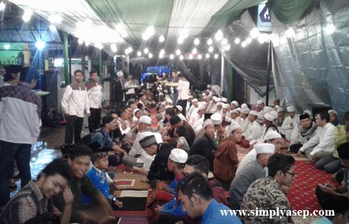 BUKA PUASA : Ratusan santri bersama tamu undangan berbuka puasa bersama dengan Saprahan,  Foto Asep Haryono