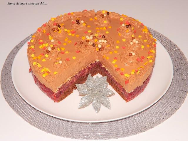 Tort kakaowy z masą budyniowo-wiśniową i pysznym kremem czekoladowym.