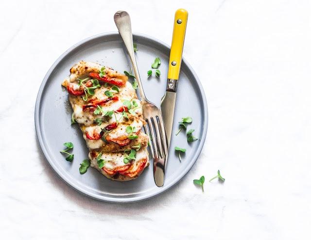 Sajtos-paradicsomos Hasselback-csirkemell: így szaftos marad a hús