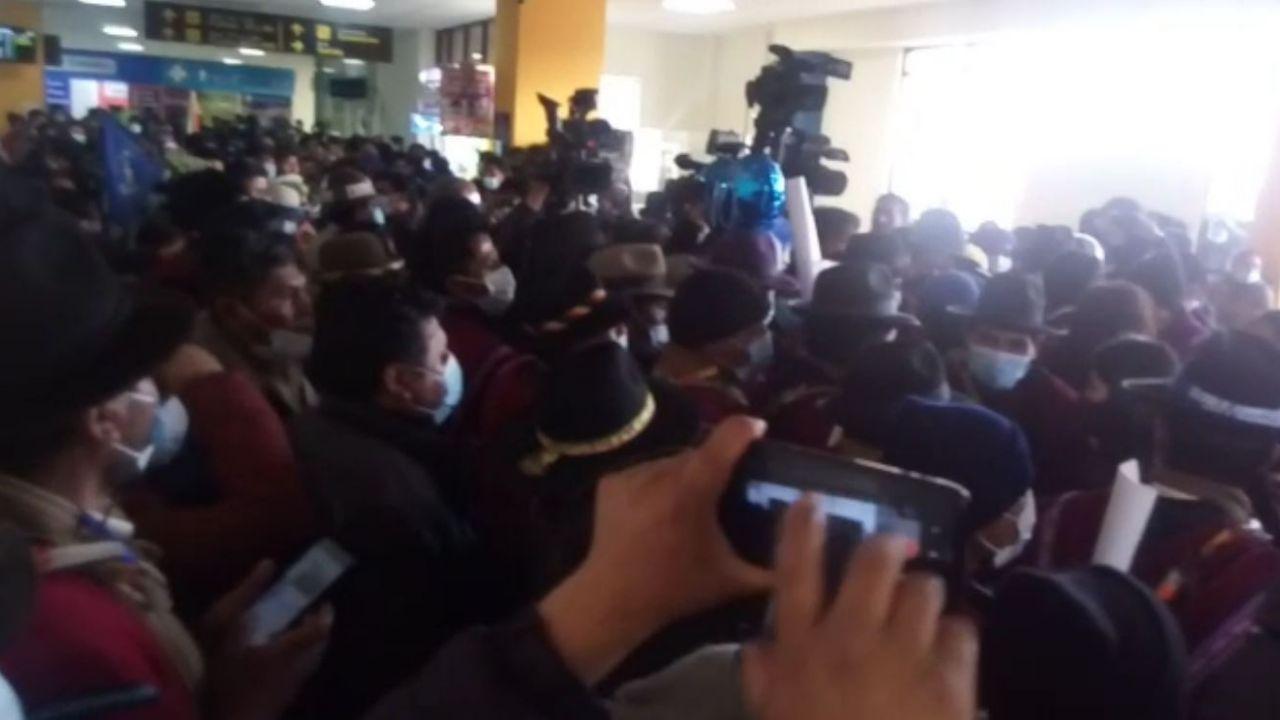 La imagen muestra a las personas que rodeaban a periodistas que cubrían el arribo del expresidente Evo Morales al aeropuerto de la ciudad de El Alto / PÁGINA SIETE