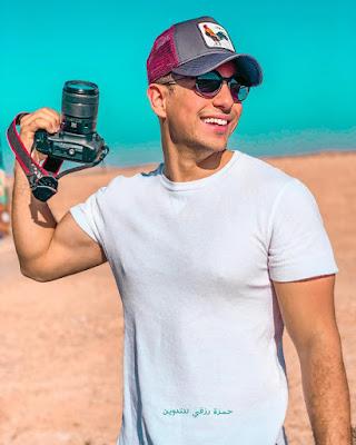 طه إيسو يحمل الكاميرا / صورة