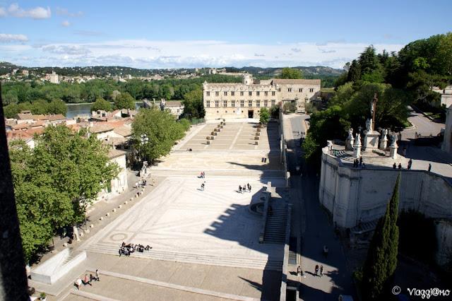La grande Piazza del Palazzo dei Papi di Avignone