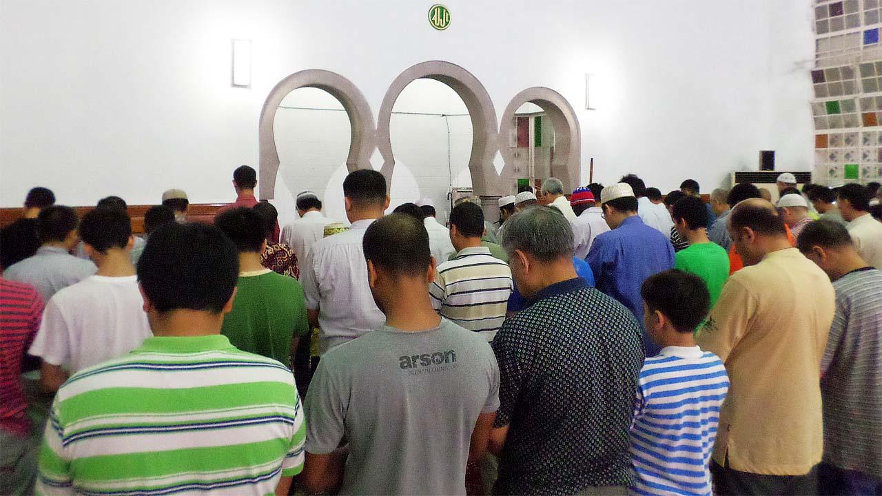 Hukum Makmum Membarengi Gerakan Imam Dalam Sholat