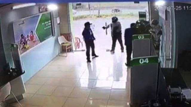 Hóa ra người xông vào ngân hàng Vietcombank nổ súng là công an