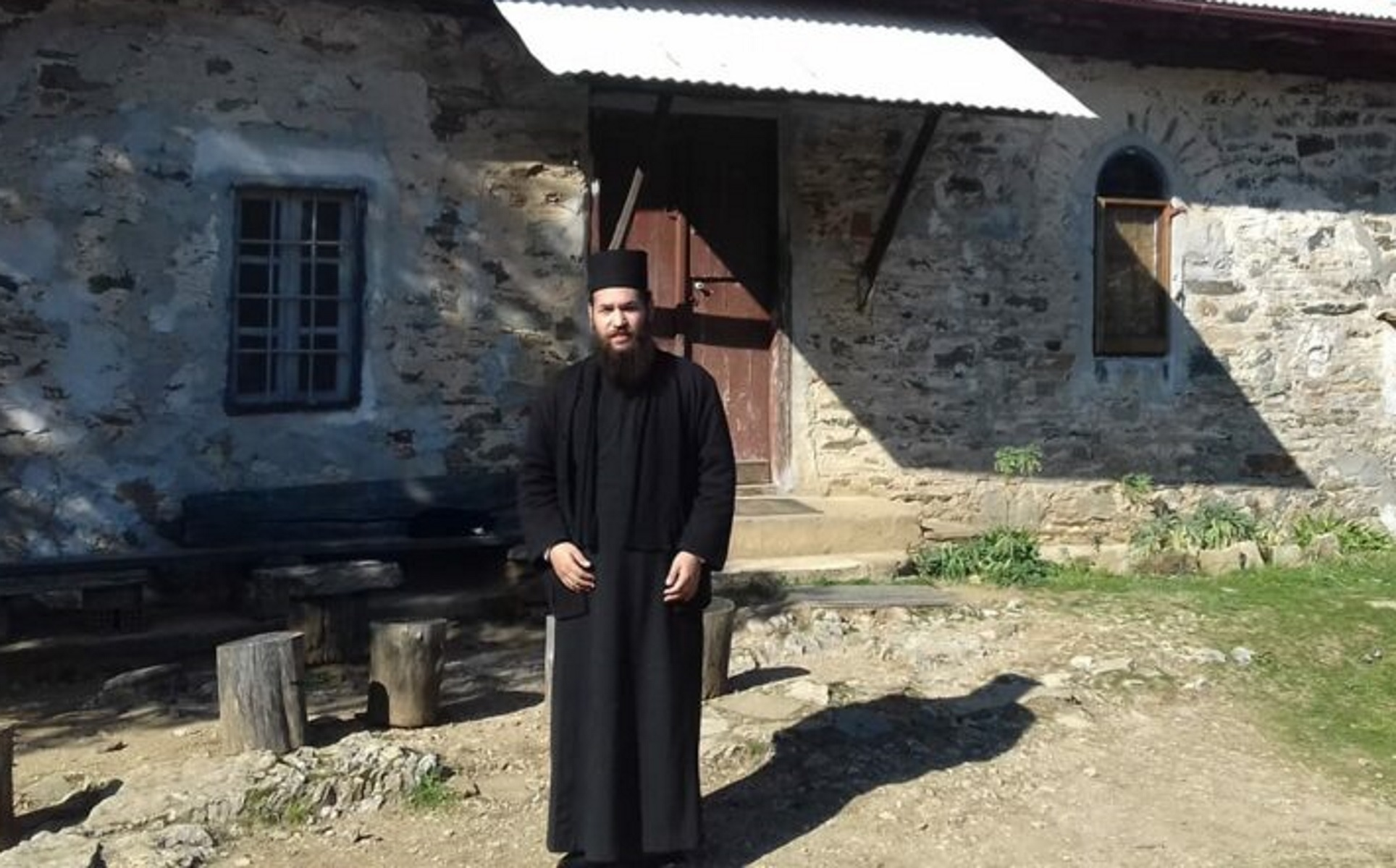 Αυτός είναι ο ιερέας που επιτέθηκε με καυστικό υγρό στους Μητροπολίτες