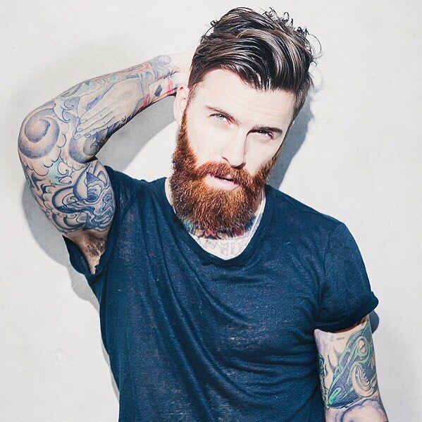 Vemos a un Modelo, lleva tatuajes de hombre por los brazos