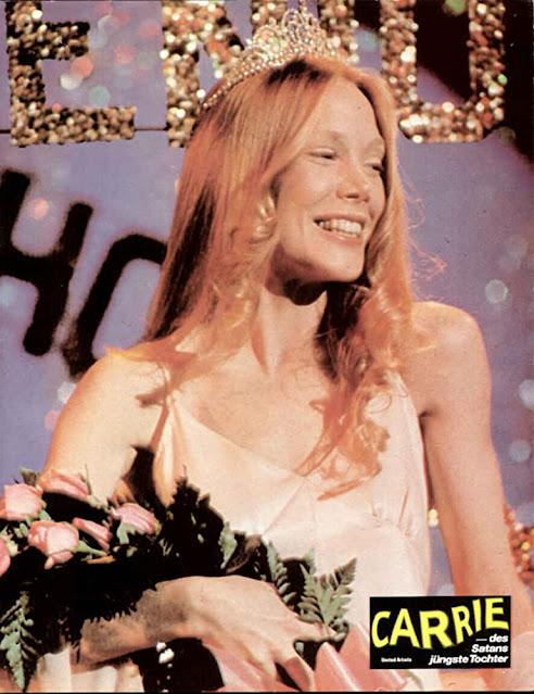 Carrie White di film Carrie (1976) mengikuti pesta prom night di sekolahnya