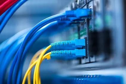 كابلات الألياف البصرية متصلة بمنفذ بصري وكابل شبكة