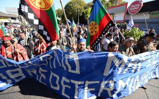 Carabineros chilenos reprimen manifestación pacífica de mapuches