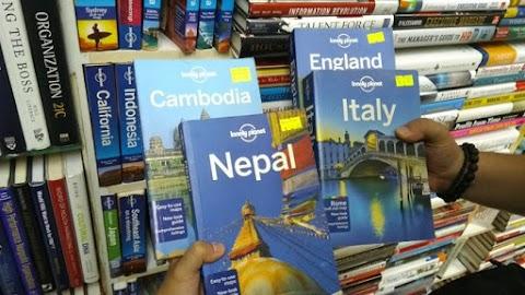 Membeli Lonely Planet Sesering Mungkin dan Mengumpulkannya untuk Membuat Perpustakaan Pribadi dengan Rak Tinggi Berisi Sekumpulan Edisi  Lonely Planet