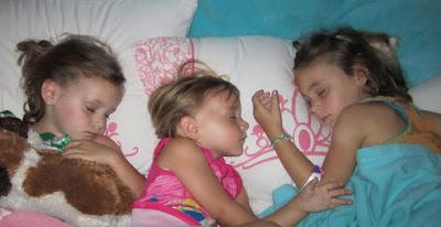 لا تتركوا البنات ينامون مع بعضهم على نفس السرير لأن النتيجة صادمة