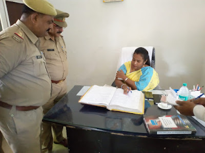 DM C Indumati Inspect Police Station Without Notice News In Hindi Uttar Pradesh