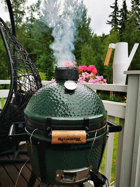 Kamado-grillistä nousee savua