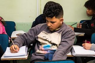 Projeto cria auxílio inclusão digital de R$ 70 para alunos da escola pública