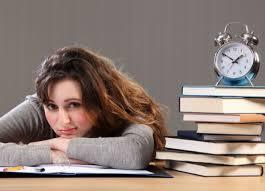 mulher estudando para concurso público