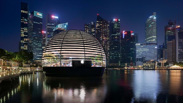 Ấn tượng cửa hàng táo khuyết nổi trên mặt biển ở Singapore