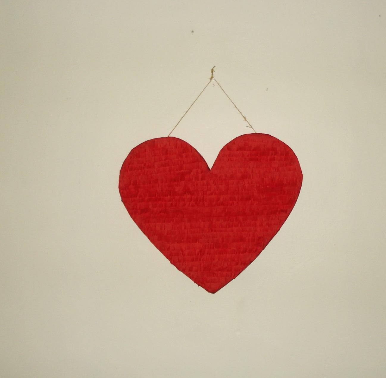 Piñatas: Heart pinatas/ de corazon