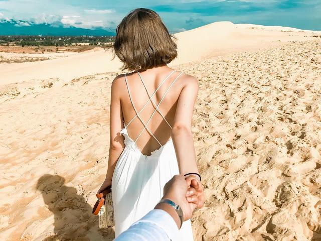 Không chỉ có động Thiên Đường, suối nước Mọc... Quảng Bình còn sở hữu đồi cát Quang Phú, tiểu sa mạc lý tưởng để bạn thỏa sức check-in, sống ảo. Từ sáng tới chiều tối, màu sắc của cát sẽ thay đổi kỳ diệu theo đường di chuyển của Mặt Trời. Cát từ trắng tinh lúc bình minh chuyển sang vàng rực lúc nắng lên tới đỉnh đầu và nhuộm màu xám trắng khi chiều tối.
