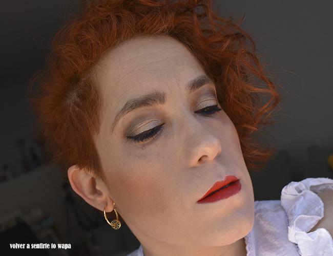 Maquillaje en tonos nude y marrones y la waterline en azul
