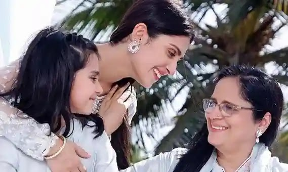 Ayeza Khan's sweet photo with her mom, daughter Hoorain wins hearts