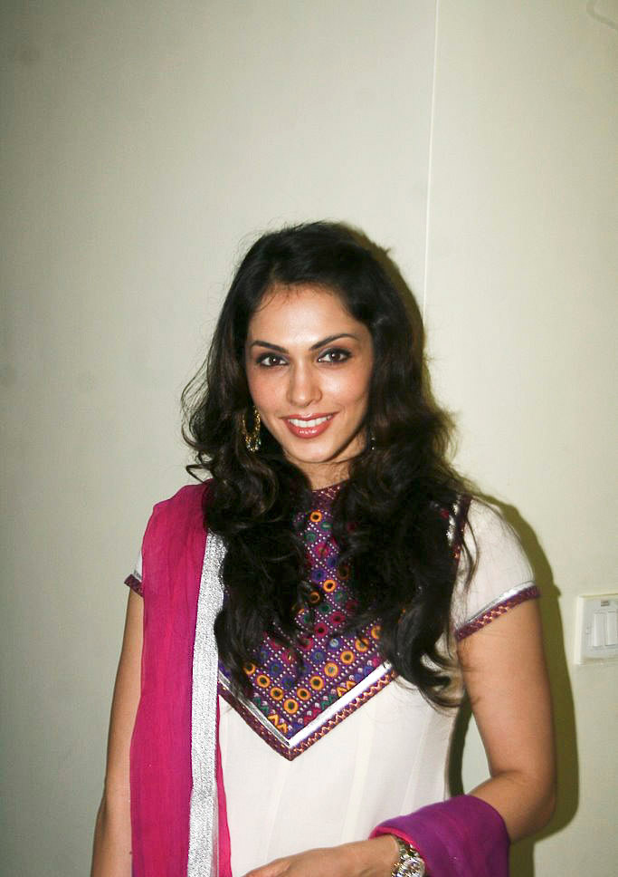 Little Google1 Modern Nail Art: Little Google1: Isha Koppikar Hot Photos