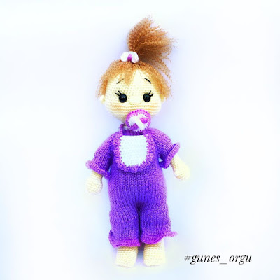Вязаная кукла малышка