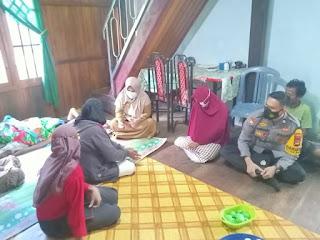 Peduli Sesama, Bhabinkamtibmas Polsek Baraka Jenguk Warganya Yang Sakit DI Desa Binaan