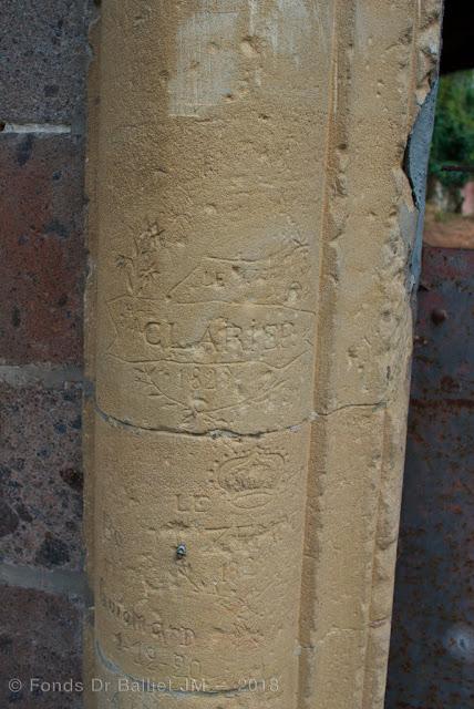 Fort Mortier — Magnifiques graffitis des années 1820 au niveau de la porte.