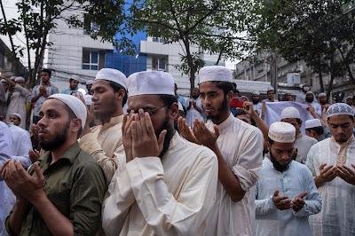 مسلمو بنجلادش ينددون بالرئيس الفرنسي إيمانويل ماكرون بسبب تصريحاته التي دافع فيها عن حق عرض رسوم متحركة تصور النبي محمد