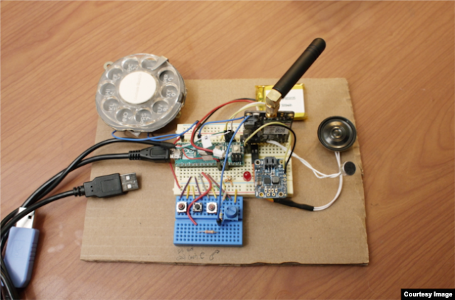 شاهد بالصور.. مهندسة أمريكية تطور هاتفا محمولا بقرص دوار!