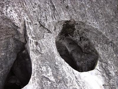 Agujeros vistos camino a la vereda del elefante en el Cerro de la Silla
